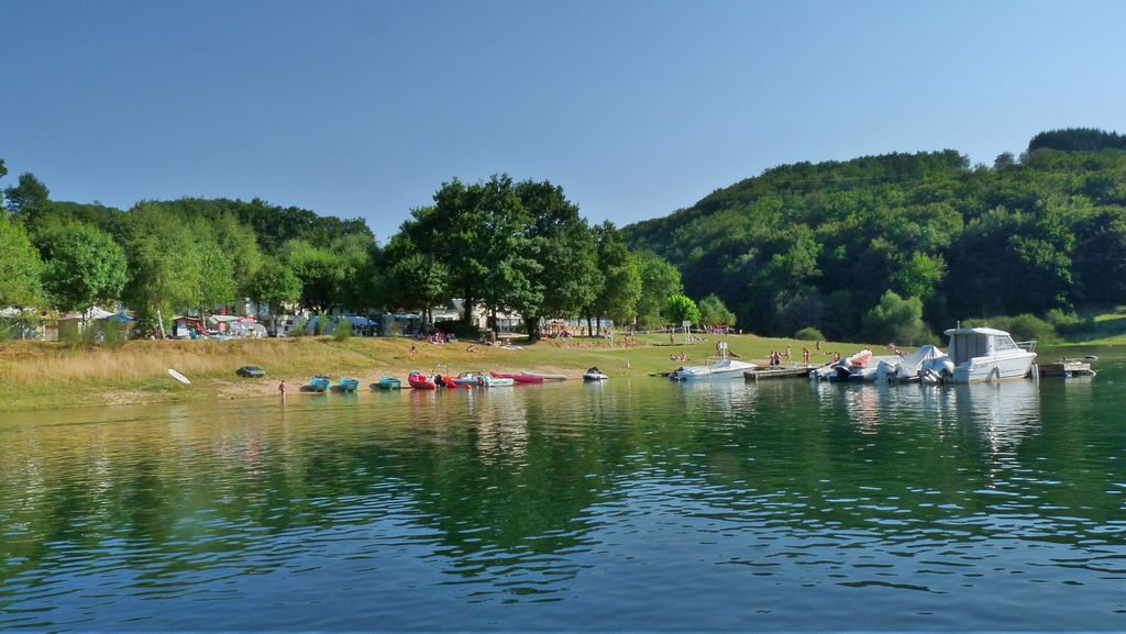 Camping en Aveyron au bord d'un Lac - Kamperen Bij het meer - Campground by the lake